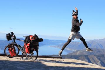 Il voyage en solitaire et à vélo !